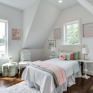 Inspiration för ett mellanstort shabby chic-inspirerat gästrum, med vita väggar, mörkt trägolv och brunt golv