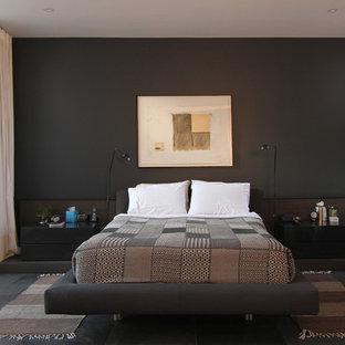 Ispirazione per una camera matrimoniale contemporanea con pareti nere, nessun camino e pavimento nero
