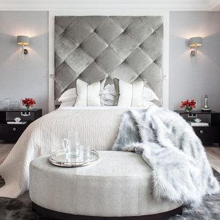 ロンドンのコンテンポラリースタイルのおしゃれな主寝室 (グレーの壁、淡色無垢フローリング、暖炉なし)