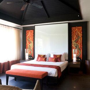 Idee per una camera degli ospiti etnica di medie dimensioni con pareti beige, parquet scuro e pavimento nero