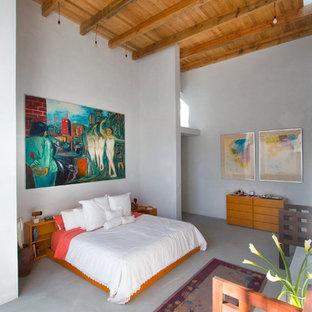Medelhavsstil inredning av ett sovrum, med vita väggar