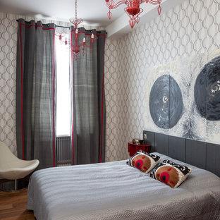 ロンドンのコンテンポラリースタイルの寝室の画像 (グレーの壁、無垢フローリング、茶色い床)
