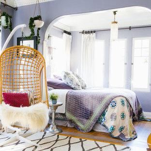 Idéer för stora eklektiska huvudsovrum, med lila väggar och mellanmörkt trägolv