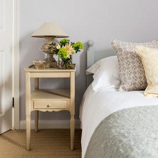 Modelo de habitación de invitados clásica renovada, pequeña, sin chimenea, con paredes púrpuras y moqueta