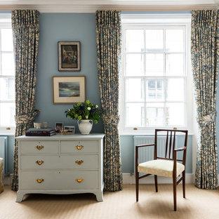 ロンドンの中くらいのトランジショナルスタイルのおしゃれな主寝室 (青い壁、カーペット敷き) のレイアウト