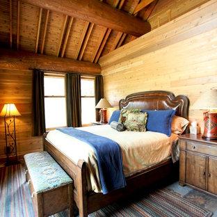 На фото: с высоким бюджетом хозяйские спальни среднего размера в стиле рустика с полом из сланца без камина