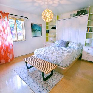 Immagine di una camera da letto minimal con pavimento in compensato e pavimento giallo