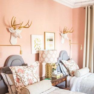 Ejemplo de habitación de invitados bohemia, de tamaño medio, con paredes rosas