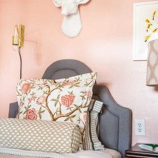 Идея дизайна: гостевая спальня среднего размера в стиле фьюжн с розовыми стенами