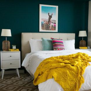 Ispirazione per una camera da letto costiera con pareti verdi e pavimento marrone