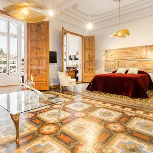 Свежая идея для дизайна: хозяйская спальня в стиле фьюжн с белыми стенами и разноцветным полом - отличное фото интерьера