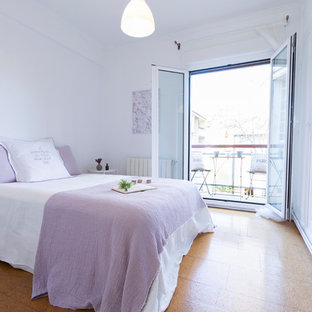 Ejemplo de dormitorio principal, nórdico, de tamaño medio, con paredes blancas, suelo de corcho y suelo naranja