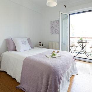 Foto de dormitorio principal, escandinavo, de tamaño medio, con paredes blancas, suelo de corcho y suelo naranja