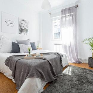 Imagen de dormitorio principal, grande, con paredes blancas, suelo de corcho y suelo naranja