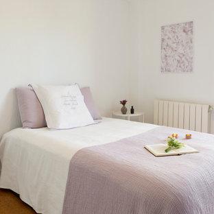 Modelo de dormitorio principal, nórdico, de tamaño medio, con paredes blancas, suelo de corcho y suelo naranja