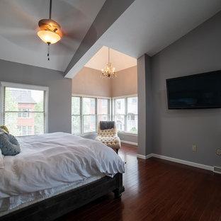 Inspiration för ett mellanstort huvudsovrum, med grå väggar, mörkt trägolv och rött golv