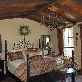 Стильный дизайн: большая хозяйская спальня в средиземноморском стиле с бежевыми стенами, полом из терракотовой плитки и коричневым полом - последний тренд