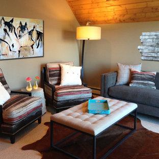 デンバーの広いラスティックスタイルのおしゃれな主寝室 (緑の壁、カーペット敷き、暖炉なし、ベージュの床) のインテリア