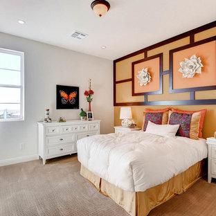 ラスベガスの広いトランジショナルスタイルのおしゃれな客用寝室 (カーペット敷き、暖炉なし、オレンジの壁) のインテリア