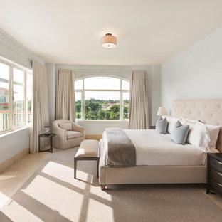 Großes Klassisches Hauptschlafzimmer ohne Kamin mit blauer Wandfarbe und Travertin in Sonstige