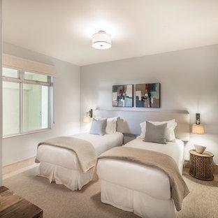 Immagine di una camera degli ospiti classica di medie dimensioni con pavimento in travertino, pareti viola e nessun camino