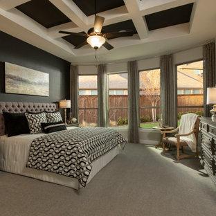 Exempel på ett stort amerikanskt huvudsovrum, med grå väggar, heltäckningsmatta och grått golv