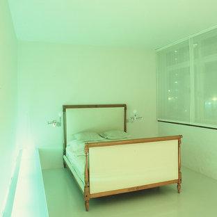 Imagen de dormitorio principal, minimalista, de tamaño medio, con paredes blancas, suelo vinílico y suelo blanco