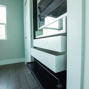 Ejemplo de habitación de invitados clásica renovada, de tamaño medio, sin chimenea, con paredes verdes, suelo de madera en tonos medios y suelo verde