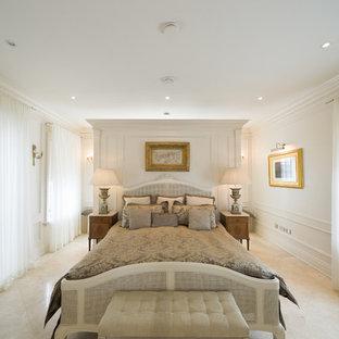 Стильный дизайн: хозяйская спальня среднего размера в викторианском стиле с белыми стенами, ковровым покрытием и бежевым полом без камина - последний тренд