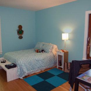 Kleines Modernes Gästezimmer ohne Kamin mit blauer Wandfarbe, hellem Holzboden und blauem Boden in Cleveland