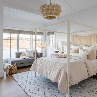 Idéer för maritima sovrum, med vita väggar, ljust trägolv och beiget golv