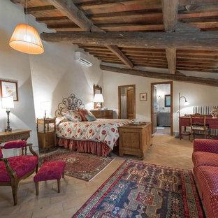 Идея дизайна: большая хозяйская спальня в стиле кантри с белыми стенами и полом из терракотовой плитки