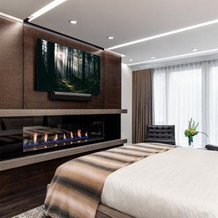 バンクーバーの中サイズのコンテンポラリースタイルのおしゃれな主寝室 (白い壁、濃色無垢フローリング、横長型暖炉、コンクリートの暖炉まわり、茶色い床)