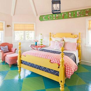 Exemple d'une grand chambre éclectique avec un mur rose, un sol en bois peint et un sol vert.
