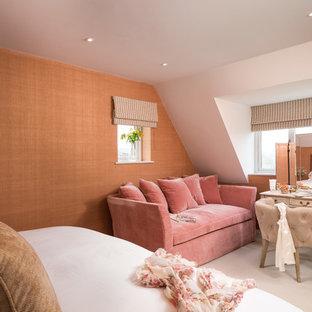 コーンウォールのトランジショナルスタイルのおしゃれな寝室 (オレンジの壁、暖炉なし、ベージュの床) のレイアウト