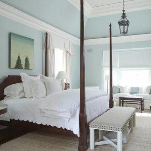 Aménagement d'une grand chambre parentale classique avec un mur bleu et un sol en bois foncé.