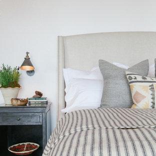 Rustikales Hauptschlafzimmer mit weißer Wandfarbe und Teppichboden in Orange County