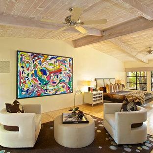 Idee per un'ampia camera matrimoniale design con pareti beige, pavimento in legno massello medio e pavimento giallo
