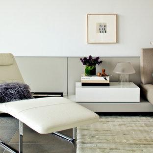 Foto på ett stort funkis huvudsovrum, med vita väggar och kalkstensgolv