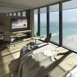 Ejemplo de habitación de invitados contemporánea, de tamaño medio, sin chimenea, con paredes beige, suelo de contrachapado y suelo beige