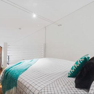 Diseño de dormitorio tipo loft, urbano, con paredes blancas y suelo de corcho
