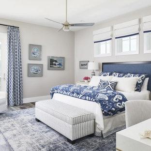 Стильный дизайн: хозяйская спальня среднего размера в морском стиле с серыми стенами, полом из винила и коричневым полом - последний тренд