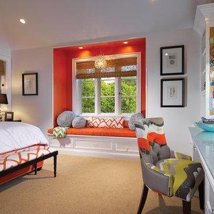 На фото: спальня в классическом стиле с оранжевыми стенами и ковровым покрытием