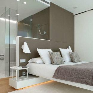 Foto de dormitorio principal, contemporáneo, de tamaño medio, sin chimenea, con paredes blancas y suelo de madera clara