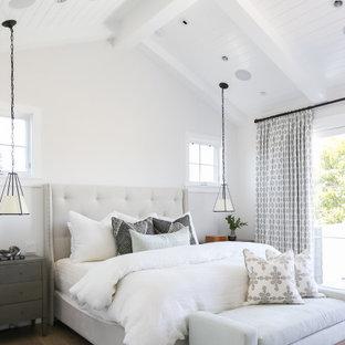 Idee per una grande camera matrimoniale classica con pareti bianche, pavimento in legno massello medio, camino classico e pavimento beige