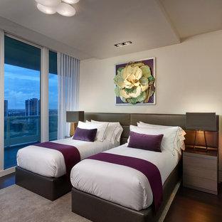 Пример оригинального дизайна: гостевая спальня среднего размера в современном стиле с белыми стенами и полом из фанеры