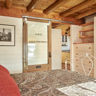 Ejemplo de dormitorio rural con paredes beige