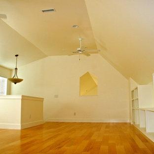 ウィルミントンの巨大なコンテンポラリースタイルのおしゃれなロフト寝室 (黄色い壁、無垢フローリング、暖炉なし、ベージュの床) のインテリア