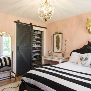 Mittelgroßes Landhaus Gästezimmer Ohne Kamin Mit Rosa Wandfarbe Und Braunem  Holzboden In Boston