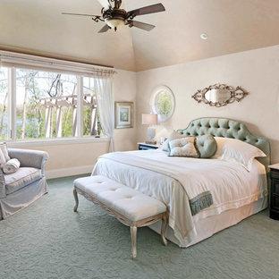 Imagen de dormitorio principal, tradicional, sin chimenea, con paredes beige, moqueta y suelo verde